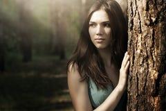 Mujer hermosa en paisaje de la naturaleza foto de archivo libre de regalías