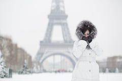 Mujer hermosa en París en un día de invierno foto de archivo