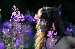 Mujer hermosa en perfil de la naturaleza Imágenes de archivo libres de regalías
