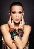 Mujer hermosa en pulseras Imágenes de archivo libres de regalías