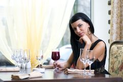Mujer hermosa en restaurante Imágenes de archivo libres de regalías
