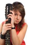 Mujer hermosa en rojo con una guitarra Fotografía de archivo libre de regalías