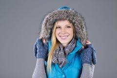 Mujer hermosa en ropa del invierno Fotos de archivo