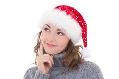 Mujer hermosa en ropa del invierno y el sombrero de santa que sueña el aislante Imagenes de archivo
