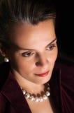 Mujer hermosa en ropa y perlas de tarde Imagen de archivo
