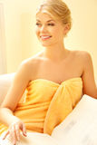 Mujer hermosa en salón del balneario con el libro Foto de archivo libre de regalías