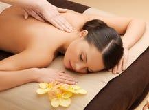 Mujer hermosa en salón del masaje Fotos de archivo libres de regalías