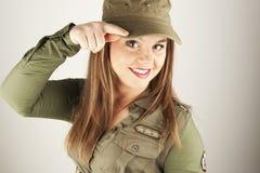Mujer hermosa en saludar militar de la ropa Foto de archivo libre de regalías