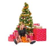 Mujer hermosa en sentarse con los mandarines y las cajas del presente o de regalo Imagen de archivo