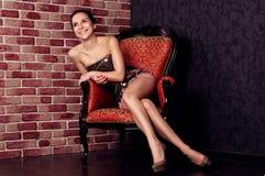 Mujer hermosa en silla foto de archivo