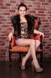 Mujer hermosa en silla imagenes de archivo