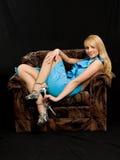 Mujer hermosa en silla. Fotos de archivo libres de regalías