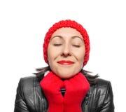 Mujer hermosa en sombrero, bufanda y manoplas rojos encima Foto de archivo libre de regalías