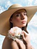 Mujer hermosa en sombrero de paja del verano Fotografía de archivo