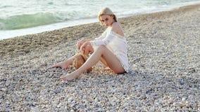 Mujer hermosa en sombrero en la playa almacen de metraje de vídeo