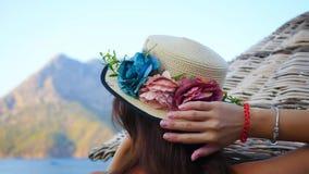 Mujer hermosa en sombrero en la playa metrajes