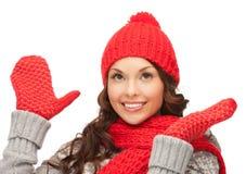 Mujer hermosa en sombrero, silenciador y manoplas Imagen de archivo libre de regalías