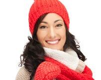Mujer hermosa en sombrero, silenciador y manoplas Fotos de archivo libres de regalías
