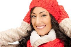 Mujer hermosa en sombrero, silenciador y manoplas Imagenes de archivo