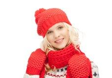Mujer hermosa en sombrero, silenciador y manoplas Foto de archivo