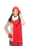 Mujer hermosa en sombrero, silenciador y manoplas Foto de archivo libre de regalías