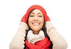 Mujer hermosa en sombrero, silenciador y manoplas Fotografía de archivo libre de regalías