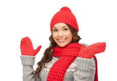 Mujer hermosa en sombrero, silenciador y manoplas Imágenes de archivo libres de regalías