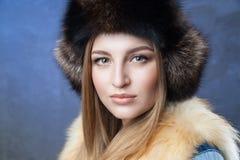 Mujer hermosa en sombrero y chaleco grandes de piel Imagen de archivo libre de regalías