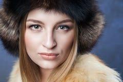 Mujer hermosa en sombrero y chaleco grandes de piel Imagenes de archivo