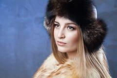 Mujer hermosa en sombrero y chaleco grandes de piel Fotos de archivo libres de regalías