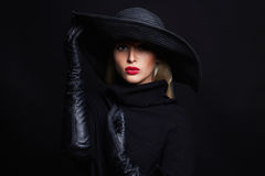 Mujer hermosa en sombrero y los guantes de cuero Bruja de Víspera de Todos los Santos Imagen de archivo libre de regalías