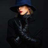 Mujer hermosa en sombrero y los guantes de cuero Muchacha retra de la manera imagenes de archivo