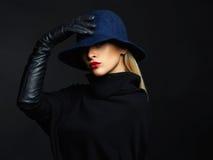 Mujer hermosa en sombrero y los guantes de cuero Muchacha retra de la manera foto de archivo libre de regalías