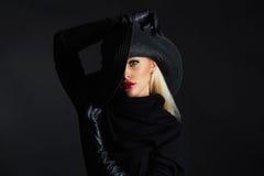 Mujer hermosa en sombrero y los guantes de cuero Muchacha retra del modelo de moda Bruja de Víspera de Todos los Santos imagen de archivo libre de regalías