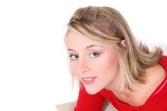 Mujer hermosa en suéter rojo sobre blanco Foto de archivo