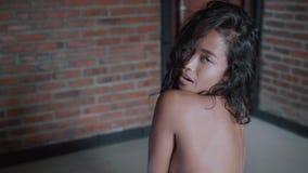Mujer hermosa en su apartamento almacen de metraje de vídeo