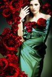 Mujer hermosa en tela verde Imagen de archivo