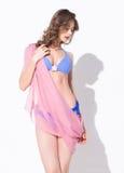 Mujer hermosa en traje de baño y pareo que presenta en el estudio Imagen de archivo libre de regalías