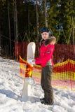 Mujer hermosa en traje de esquí, casco y las gafas del esquí que colocan ingenio Foto de archivo libre de regalías