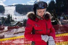 Mujer hermosa en traje de esquí, con el casco y poner de las gafas del esquí Fotos de archivo