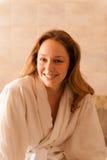 Mujer hermosa en un balneario que lleva un traje blanco que espera una masa Fotografía de archivo