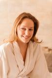 Mujer hermosa en un balneario que lleva un traje blanco que espera una masa Imagenes de archivo