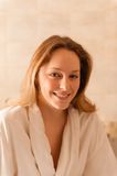 Mujer hermosa en un balneario que lleva un traje blanco que espera una masa Fotos de archivo