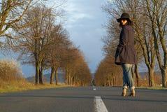 Mujer hermosa en un camino Imagen de archivo