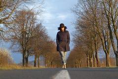Mujer hermosa en un camino Foto de archivo libre de regalías