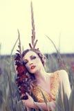 Mujer hermosa en un campo de flor Imagenes de archivo
