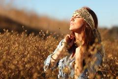Mujer hermosa en un campo en verano foto de archivo libre de regalías