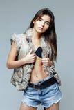 Mujer hermosa en un chaleco de la piel Fotos de archivo libres de regalías