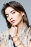 Mujer hermosa en un chaleco de la piel Imagen de archivo libre de regalías