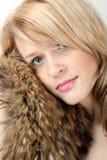 Mujer hermosa en un collar de la piel de zorro de la capa Imagenes de archivo